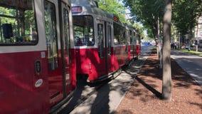 Wiedeń Uliczny tramwaj Szybko Przechodzi Obok zdjęcie wideo
