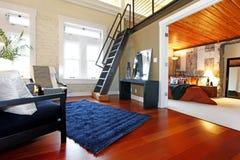 Wieder aufgebautes modernes Schlafzimmer und Wohnzimmer Stockbild