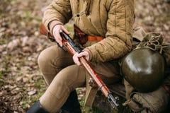 Wieder--enactor gekleidet als russischer sowjetischer Infanterie-Soldat Of World War stockbild