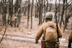 Wieder--enactor gekleidet als sowjetischer russischer rote Armee-Infanterie-Soldat stockbilder
