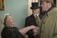 Wieder--enactor gekleidet, wie Königin Victoria einen Mann trifft, der als gekleidet wird lizenzfreies stockbild