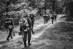 Wieder--enactors gekleidet als deutsche Infanterie-Soldaten im Zweiten Weltkrieg lizenzfreies stockbild