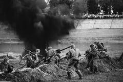Wieder--enactors gekleidet als Deutscher Wehrmacht-Infanterie-Soldaten und Ru lizenzfreies stockfoto