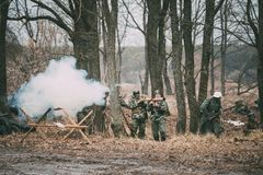 Wieder--enactors gekleidet als offenes Feuer Deutscher Wehrmacht-Infanterie-Soldat-In World Wars II von Panzerschreck stockbild