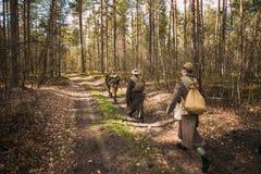 Wieder--enactors gekleidet als sowjetische russische rote Armee-Infanterie-Soldaten Lizenzfreie Stockfotos