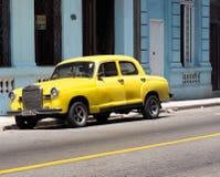 Wieder hergestellte gelbe Mercedes Benz In Havana Cuba Lizenzfreie Stockfotografie