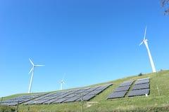 Wieder hergestellte Rieselfeldzelle mit Solarzellen und Windkraftanlage lizenzfreie stockbilder