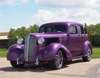 Wieder hergestelltes antikes purpurrotes Auto Stockbilder