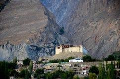 Wieder hergestelltes Baltit-Fort unter Bergen in Karmibad Hunza Gulgit-Baltistan Nord-Pakistan stockbild