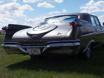 Wieder hergestelltes Chrysler-Kaiser geparkt auf einem grasartigen Gebiet Stockbild