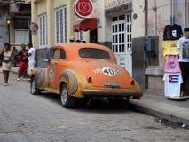 Wieder hergestelltes orange Auto in Havana Cuba Stockfotos