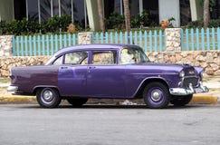 Wieder hergestelltes purpurrotes Chevrolet bei Playa Del Este Cuba Stockbilder