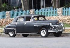 Wieder hergestelltes schwarzes Chevrolet bei Playa Del Este Cuba Stockfotos