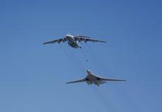 Wieder tankende Militärflugzeuge Lizenzfreie Stockbilder