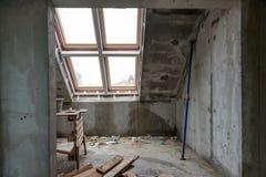 Wiederaufbau von Wohnungen Der Raum während der Erneuerung Konkreter Innenraum entwicklung Stockfotografie
