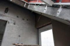 Wiederaufbau von Wohnungen Der Raum während der Erneuerung Konkreter Innenraum entwicklung Lizenzfreie Stockfotografie