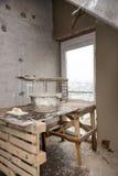 Wiederaufbau von Wohnungen Der Raum während der Erneuerung Konkreter Innenraum entwicklung Stockfoto