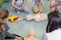 Wiederbelebungskurs der ersten Hilfe unter Verwendung AED Lizenzfreie Stockfotografie