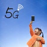 Wiedergabe 3D der Kommunikation 5G mit nettem Hintergrund Stockfoto