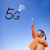 Wiedergabe 3D der Kommunikation 5G mit nettem Hintergrund Stockbilder