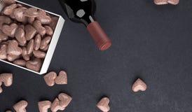 Wiedergabe 3D der Rotwein-Flasche mit geöffneter Geschenkbox voll Steinherzen Lizenzfreie Abbildung
