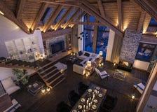 Wiedergabe 3D des Abendwohnzimmers des Chalets Lizenzfreie Stockbilder