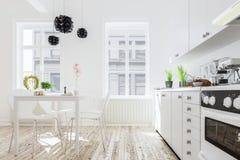 Wiedergabe 3d des Kücheninnenraums im modernen Haus mit Abendessen tabl Stockbild