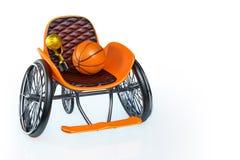 Wiedergabe 3d des orange modernen Sportrollstuhls mit goldener Trophäe und des Basketballs auf die Oberseite, lokalisiert auf wei lizenzfreies stockbild