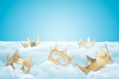 Wiedergabe 3d des Satzes Goldkronen auf starker Schicht weißen flaumigen Wolken mit blauem Himmel oben lizenzfreie stockbilder