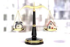 Wiedergabe 3D eines Weckers und ein Haus auf einer goldenen Gesetzesskala Lizenzfreies Stockfoto