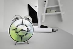 Wiedergabe 3D: Illustration des Retro- Weckers gesetzt auf Holztisch mit unscharfem Arbeitsplatz im Hintergrund Morgenarbeit Wach Lizenzfreies Stockfoto