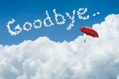 Wiedergabe 3D: Illustration des roten Regenschirmes oben schwimmend gegen blauen Himmel und Wolken mit Text Auf Wiedersehen Wiede Lizenzfreies Stockbild