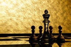 Wiedergabe 3D: Illustration von Schachfiguren das Glaskönigschach in der Mitte mit hölzernem Pfandschach in der Rückseite Stockfotos