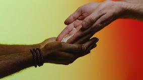 Wiedergabe 3d mit hdri Blitz ablage Empathie, Mitleid, Hilfe, Güte Humanitäre Hilfe zu den afrikanischen Ländern Hände gießen lizenzfreies stockfoto