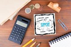 Wiedergabe 3d mit hdri Blitz Schreibtisch mit Briefpapier-, Diagramm- und Kommunikationshintergrund Stockfoto