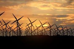 Wiedergabe 3D von Windmühlen, Energie am Abend produzierend lizenzfreie stockbilder