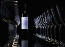 Wiedergabe 3d Weingläser und -flasche auf Schwarzem Lizenzfreie Stockbilder