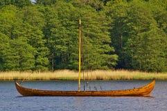 Wiedergabe eines hölzernen Wikinger-longship, das in einer geschützten Bucht verankert Lizenzfreies Stockfoto