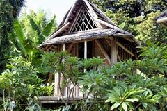 Wiedergabe eines Laos-Hauses in der Anduze-Bambusplantage Stockbilder