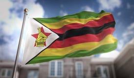 Wiedergabe Simbabwe-Flaggen-3D auf blauer Himmel-Gebäude-Hintergrund Lizenzfreie Stockbilder