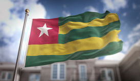 Wiedergabe Togo Flags 3D auf blauer Himmel-Gebäude-Hintergrund Lizenzfreie Stockfotos