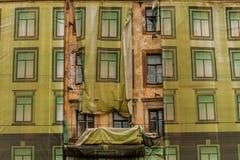 Wiederherstellung der Fassade des alten Hauses stockfotos