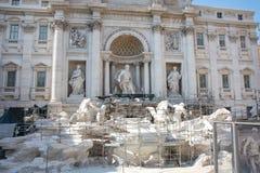 Wiederherstellung des Trevi-Brunnens Rom in Sommer 2015 Lizenzfreies Stockfoto