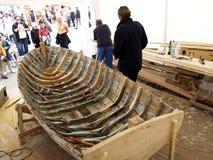 Wiederherstellung eines alten hölzernen Bootes Stockbilder