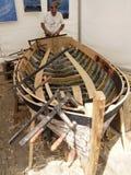 Wiederherstellung eines alten hölzernen Bootes Lizenzfreie Stockfotos