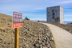 Wiederherstellungsarbeiten des Bereichs, der den Radarturm nach links steht auf Berg Umunhum umgibt Lizenzfreies Stockfoto