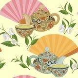 Wiederholen des Musters mit Teekanne, Schalen und orientalischen Fans Stockfoto