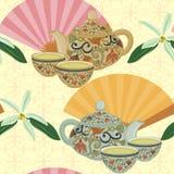 Wiederholen des Musters mit Teekanne, Schalen und orientalischen Fans Lizenzfreie Stockfotos