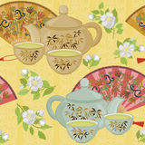 Wiederholen des Musters mit Teekanne, Schalen und orientalischen Fans Stockfotos
