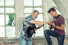 Wiederholung der Rockmusikband E-Gitarren-Spieler stockfotos